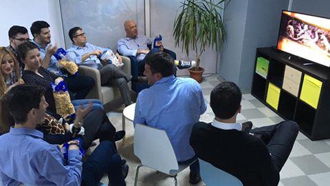 PSD spune că programul lui Decebal Făgădău nu-i permite participarea la dezbateri electorale. Aici, echipa sa se uită la Urzeala Tronurilor (foto: Facebook)