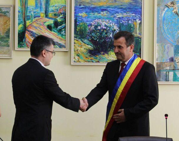 Valentin Vrabie, învestit în funcția de primar al Medgidiei de către un subprefect de etnie tătară
