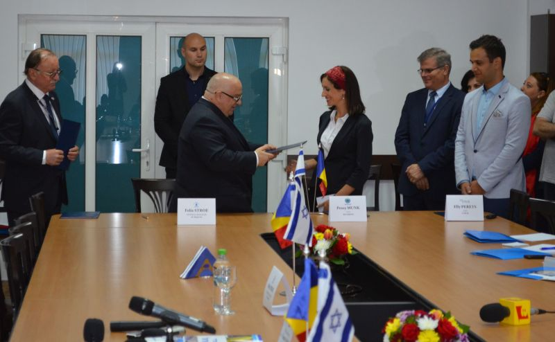 Momentul semnării contractului dintre conducerea SC RAJA SA și a
