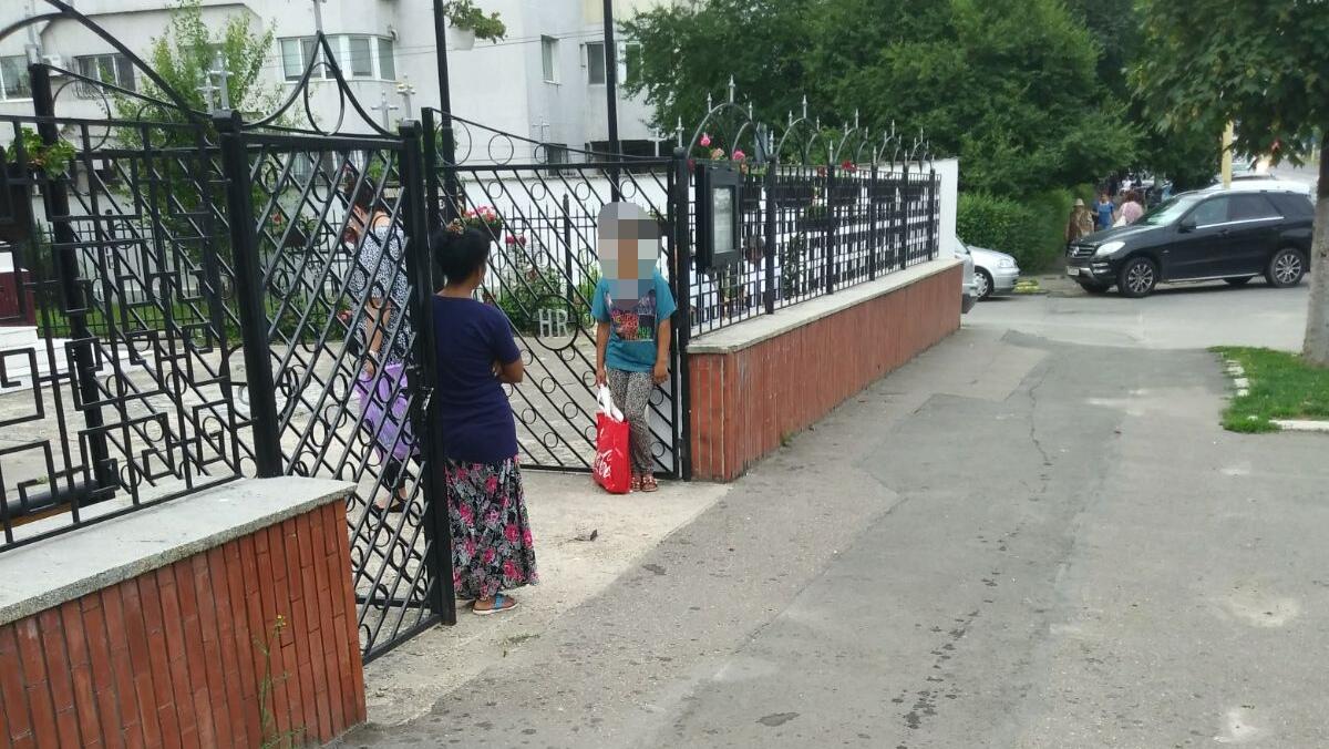 Cerșetoare în fața bisericii