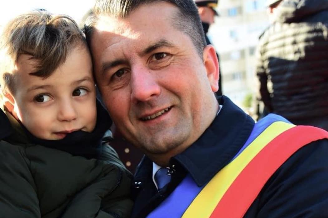 Decebal Făgădău, primarul Constanței, se fotografiază alături de un copil, de Ziua Națională a României, pe 1 decembrie (foto: Primăria Constanța)