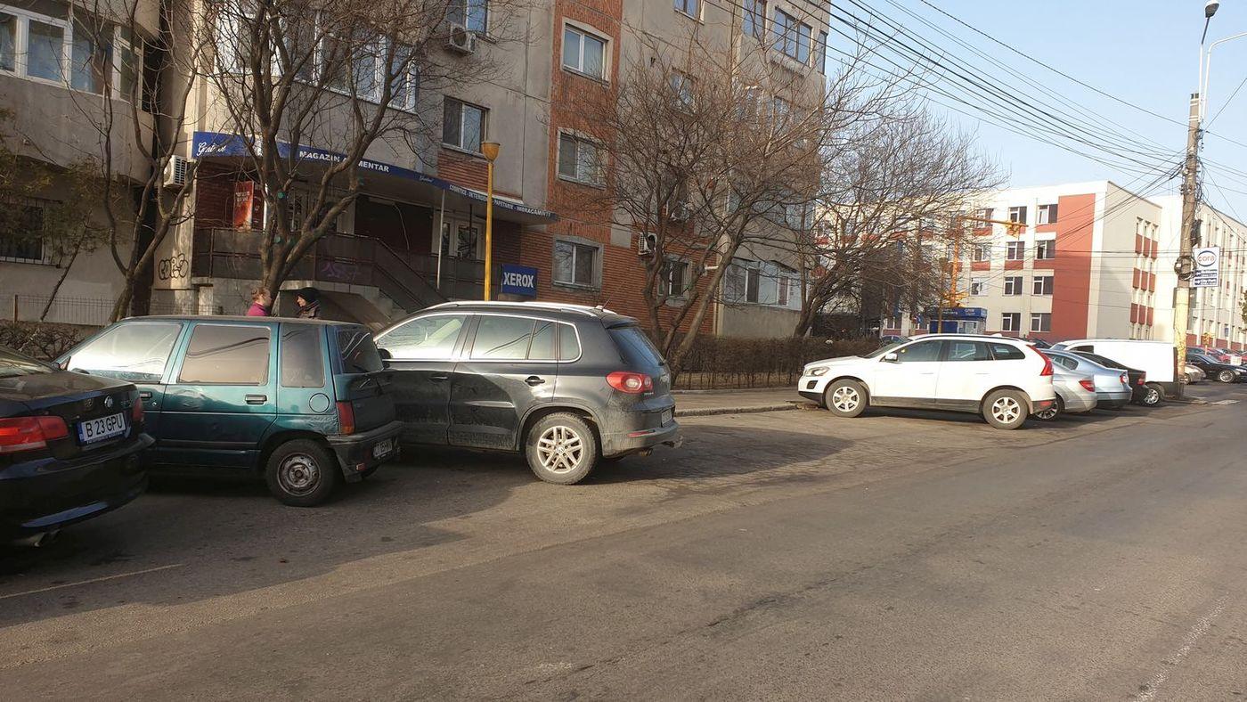 O stație RATC de pe strada Baba Novac, aproape de strada Soveja, este ocupată aproape în întregime de autoturisme