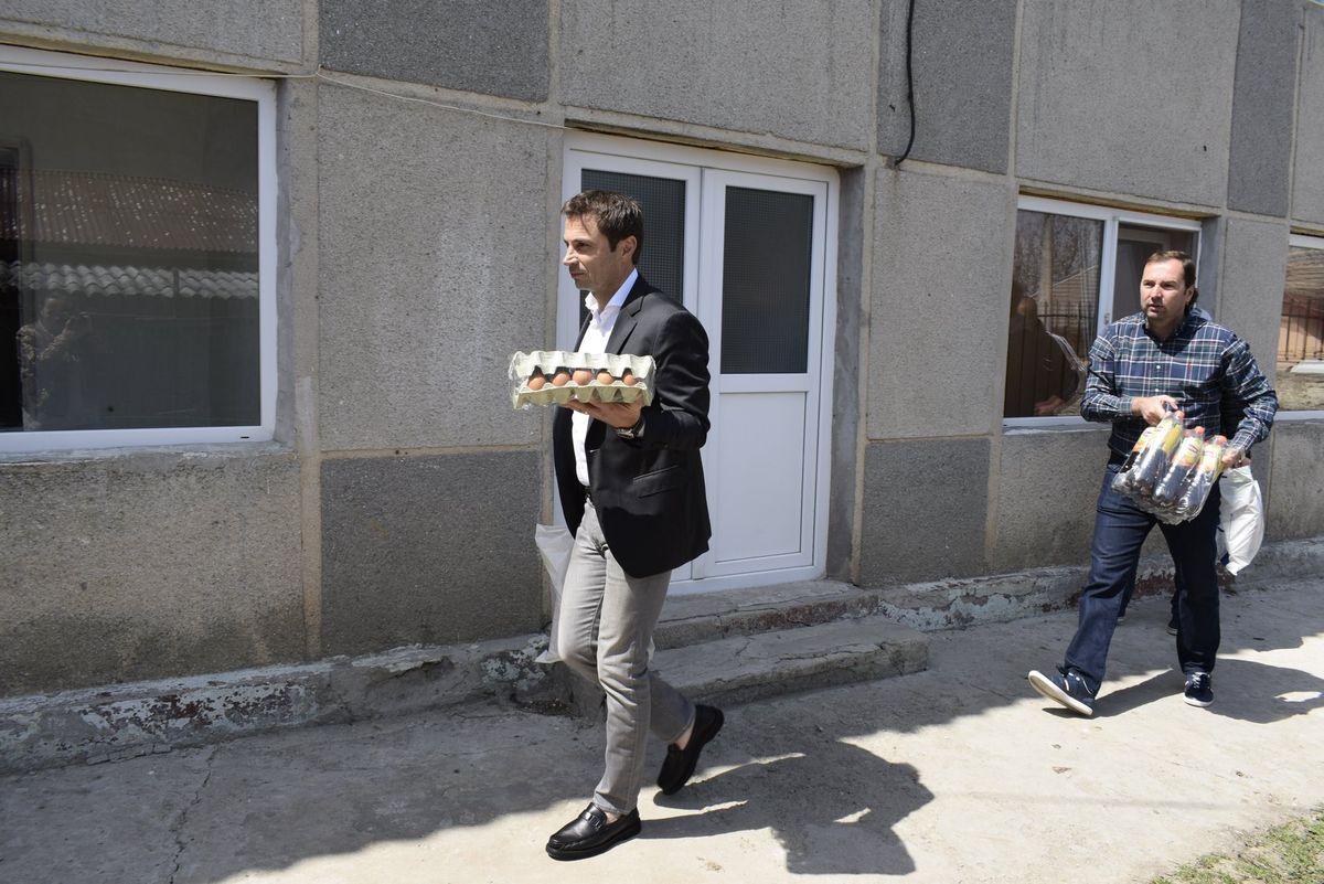 Radu Cristian, primarul din Mangalia, surprins în timp ce duce un cofrag cu ouă unor locuitori