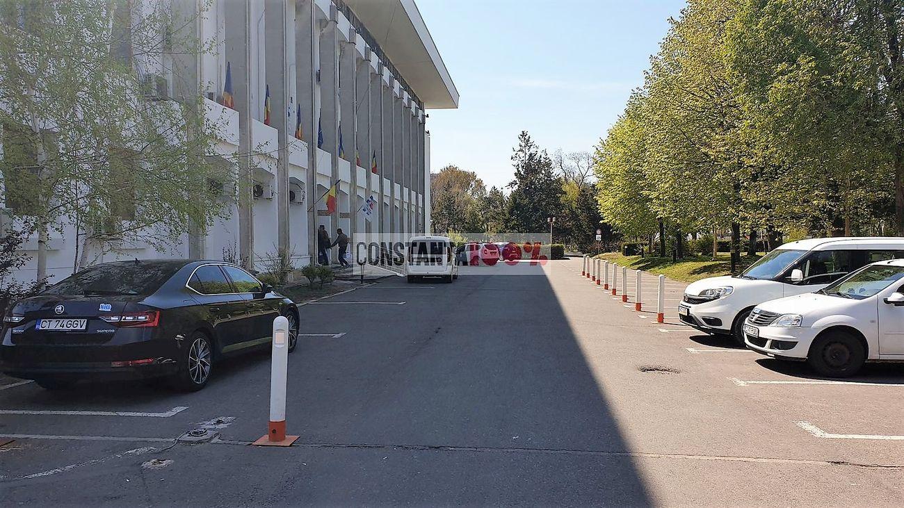 Parcarea Primăriei Constanța, aproape goală, în data de 22 aprilie 2019, când angajații au venit la muncă folosind autobuzul (foto: Cristian Hagi)