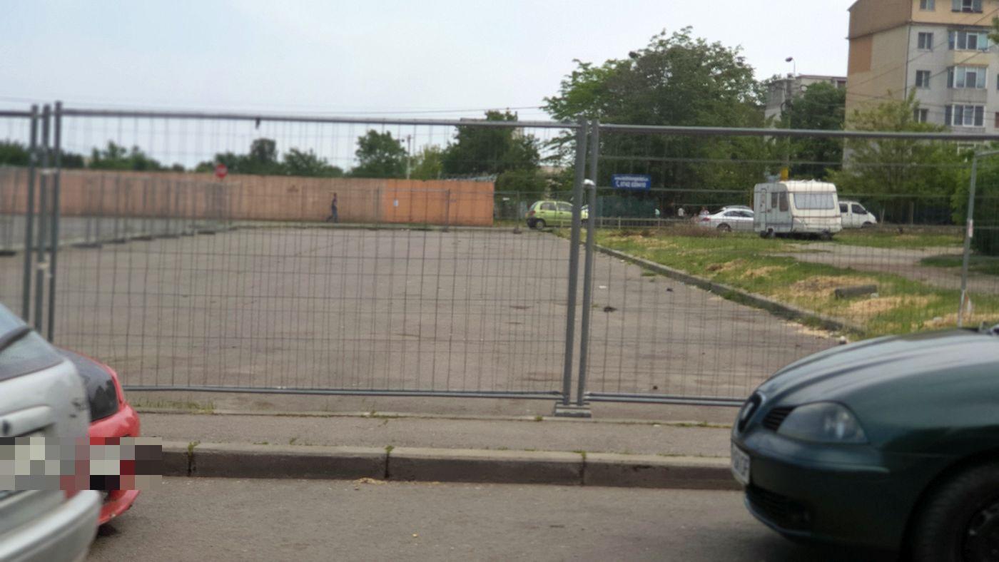 Parcarea unde se va construi un nou magazin Penny a fost îngrădită