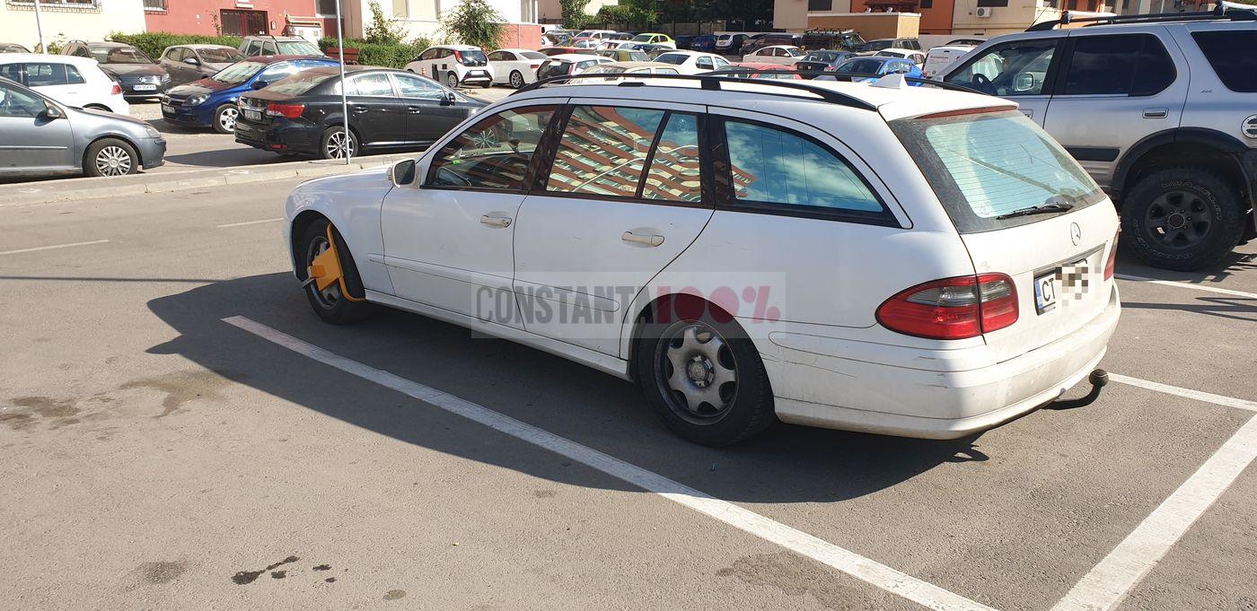 Aceeași parcare LIDL, alt Mercedes cu caracatiță. De data aceasta, este vorba despre o mașină înmatriculată în municipiul Constanța