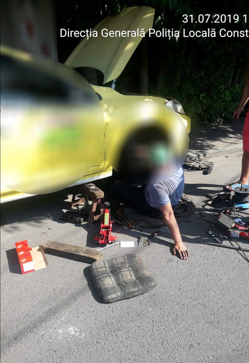 Bărbatul a fost surprinși de polițiștii locali chiar când trebăluia la mașină (foto: Poliția Locală Constanța)