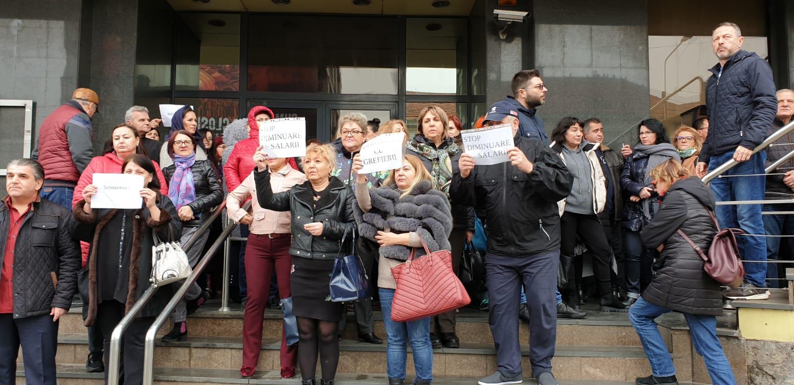 """Bugetarii din România se pregătesc de proteste. Sindicatul Liber Finanțe Constanta a anunțat, joi, că se solidarizează și susține acțiunile sindicatelor din Poliția Română și din Poliția Penitenciară, afiliate la Federația PUBLISIND,  care, spun ei,  protestează pentru """"eliminarea inechităților salariale din sistemul public, pentru aplicarea legii-cadru privind salarizarea bugetarilor, pentru un salariu minim corelat cu creșterea preturilor de consum, precum și pentru condiții decente de  muncă."""
