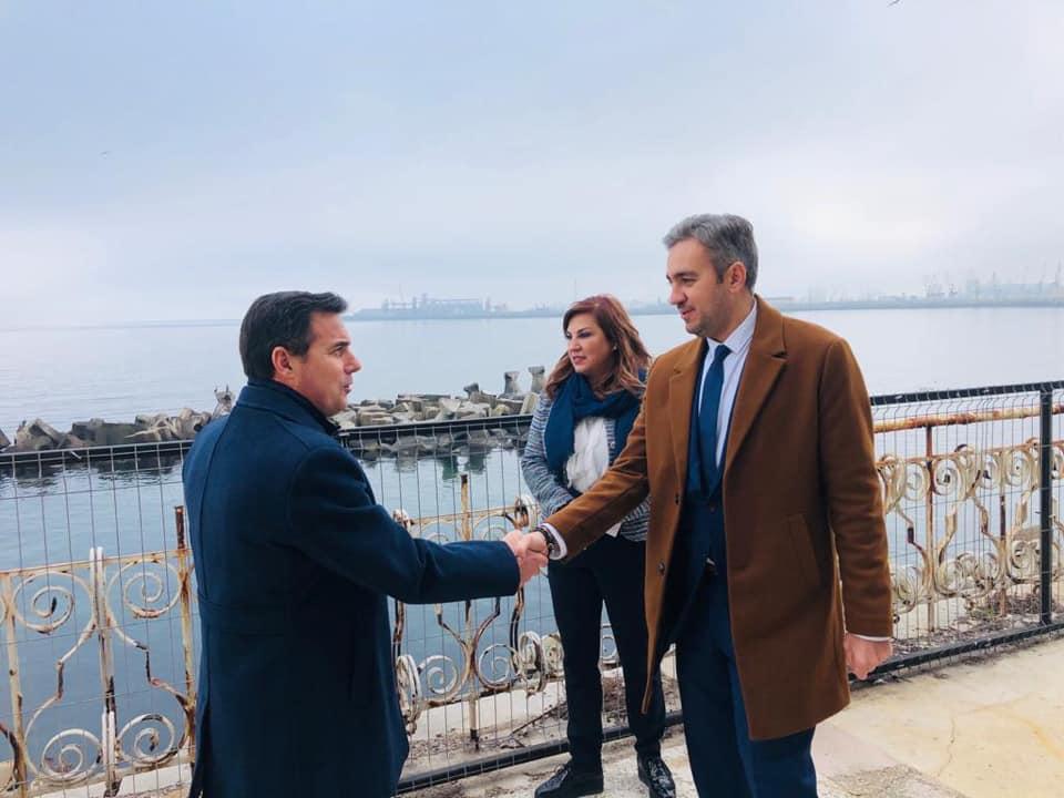 Ministrul Dezvoltării, Ion Ștefan, și prefectul Constanței, George Niculescu, dau mâna pe terasa Cazinoului din Constanța
