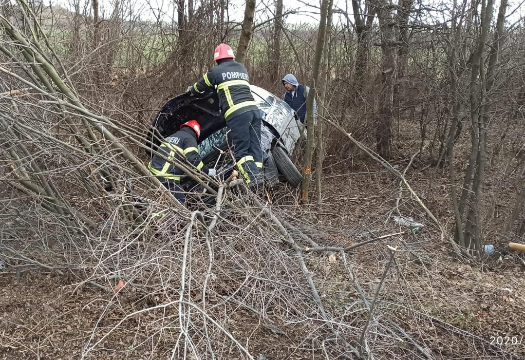 Un șofer de 74 de ani a intrat cu mașina în copac