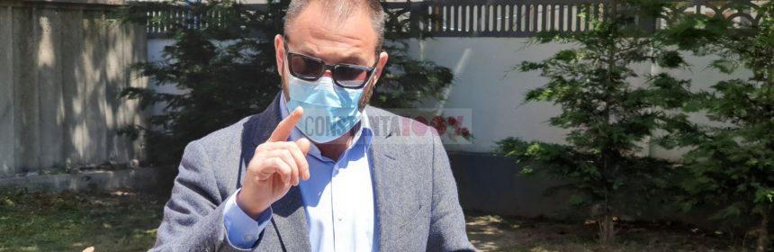 Horia Constantinescu, comisarul șef al CJPC Constanța, vorbește despre pericolul măștilor, într-o informare de presă susținută în fața sediului instituției. Foto: Cristian Hagi, 13 mai 2020