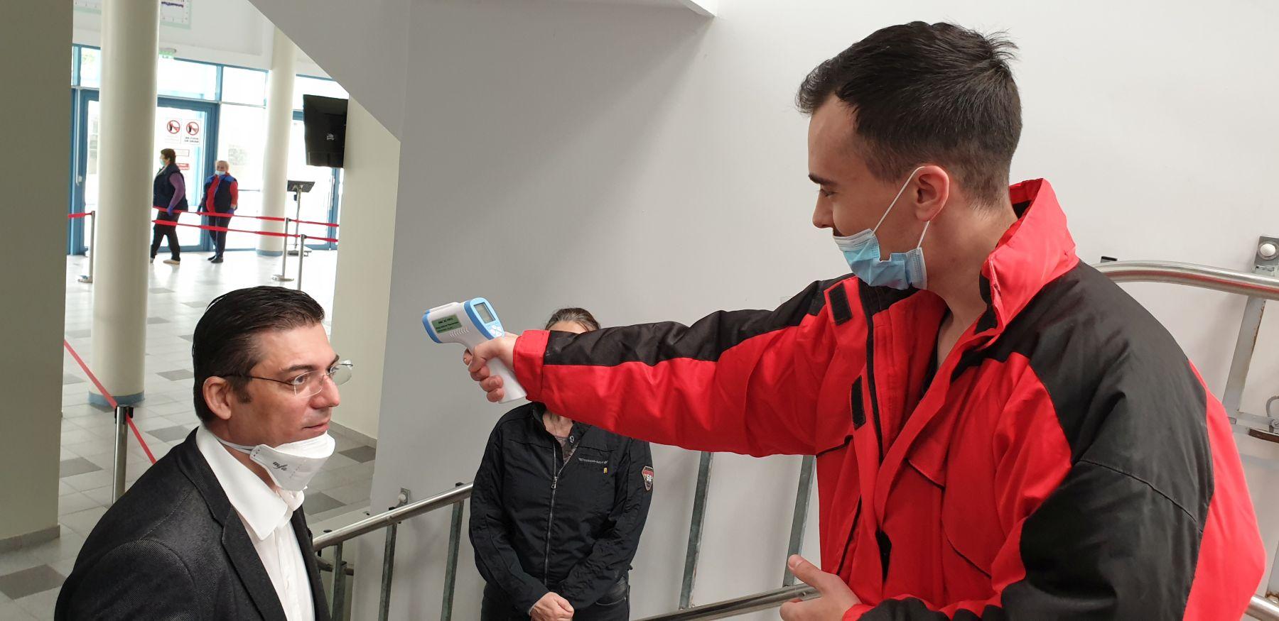 Președintelui CJ Constanța, Marius Horia Țuțuianu, i se ia temperatura la intrarea în Delfinariul Constanța. Procedura va fi standard pentru toți vizitatorii. Foto: Constanța 100%, 15 mai 2020