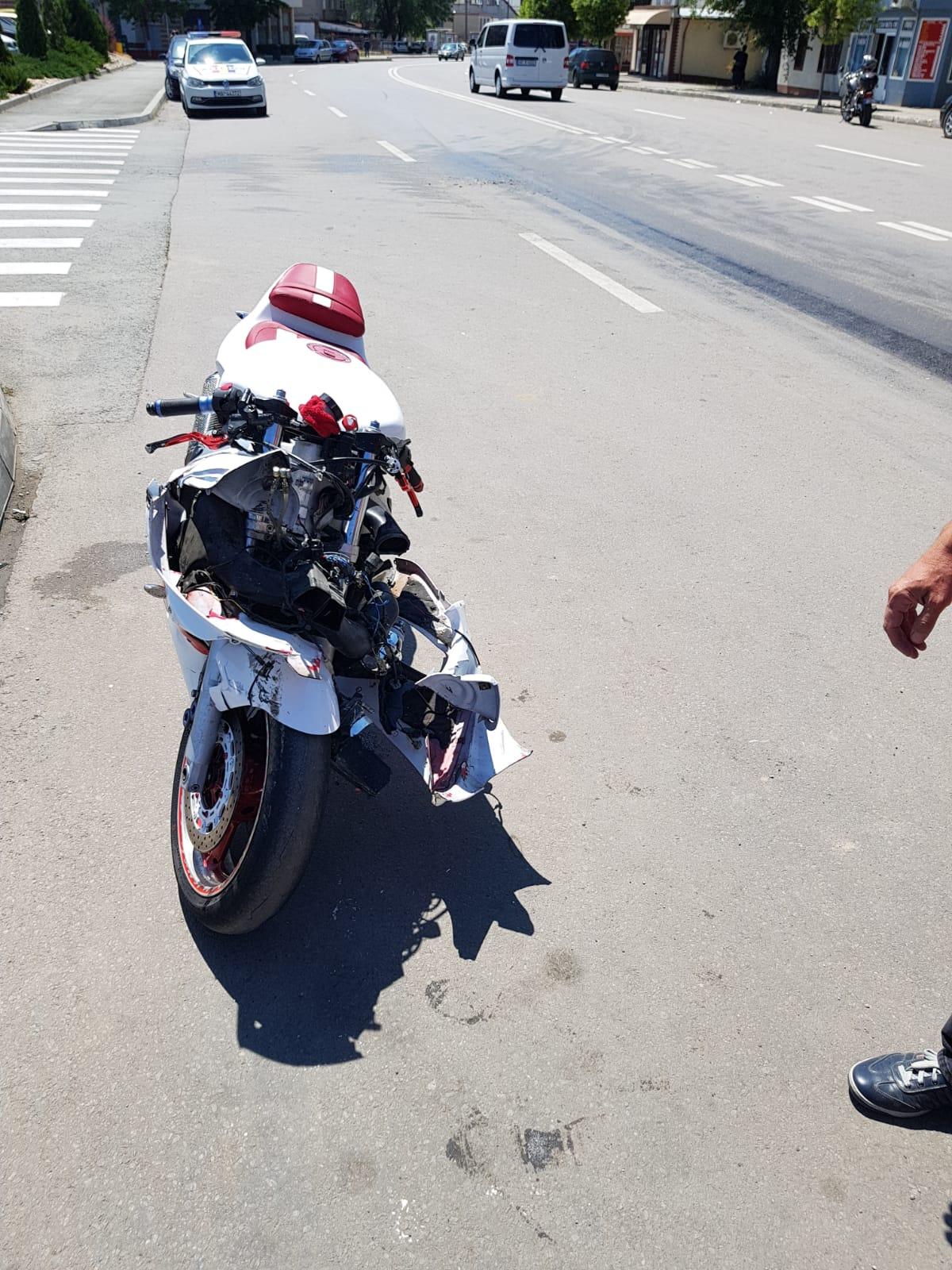 FOTO Un motociclist a ajuns la spital după ce un TICO nu i-a dat prioritate