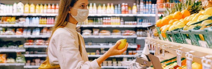 cumpărături la ușa ta femeie cumparaturi cu masca coronavirus