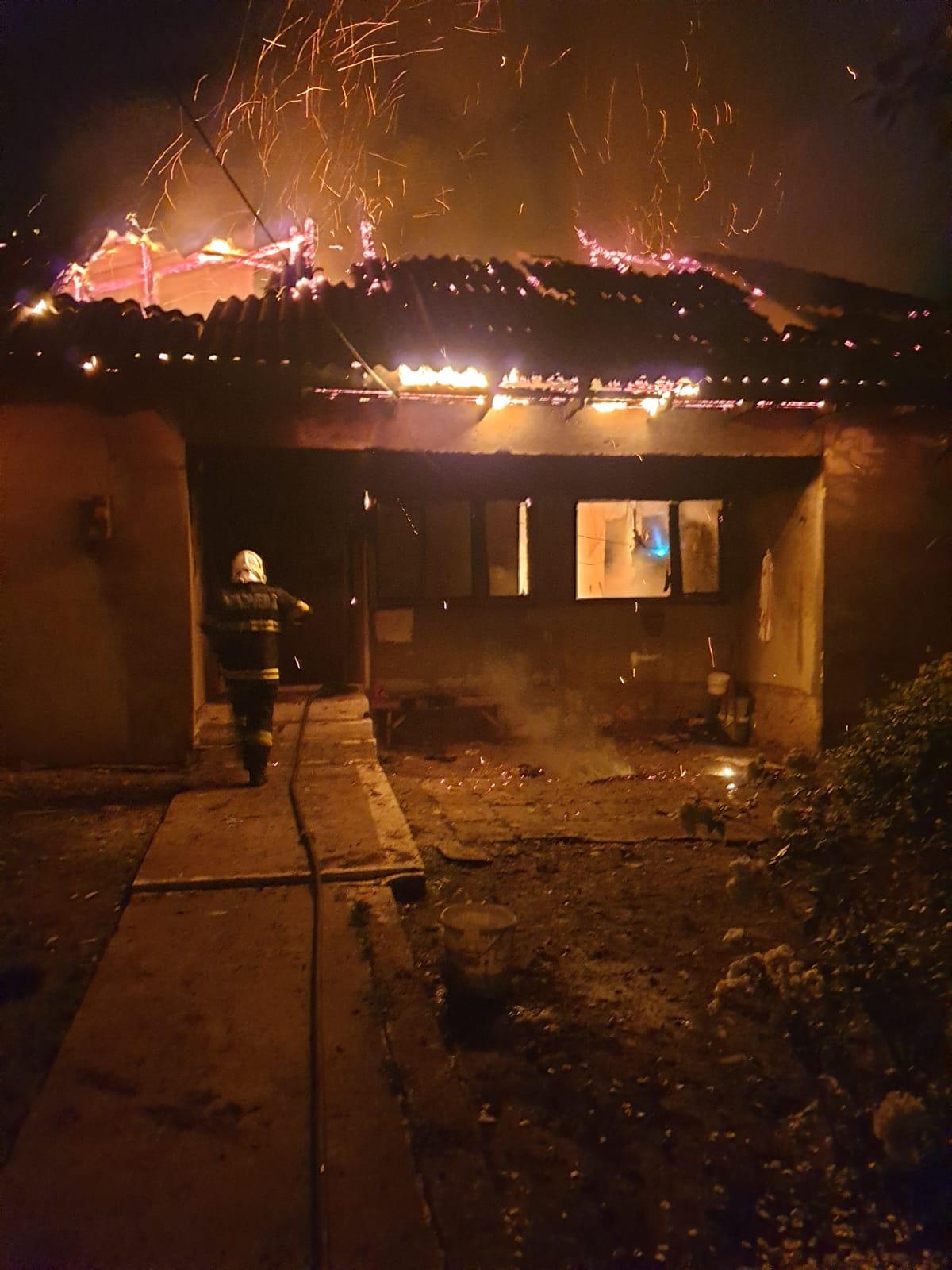 O persoană a ars de vie într-o casă