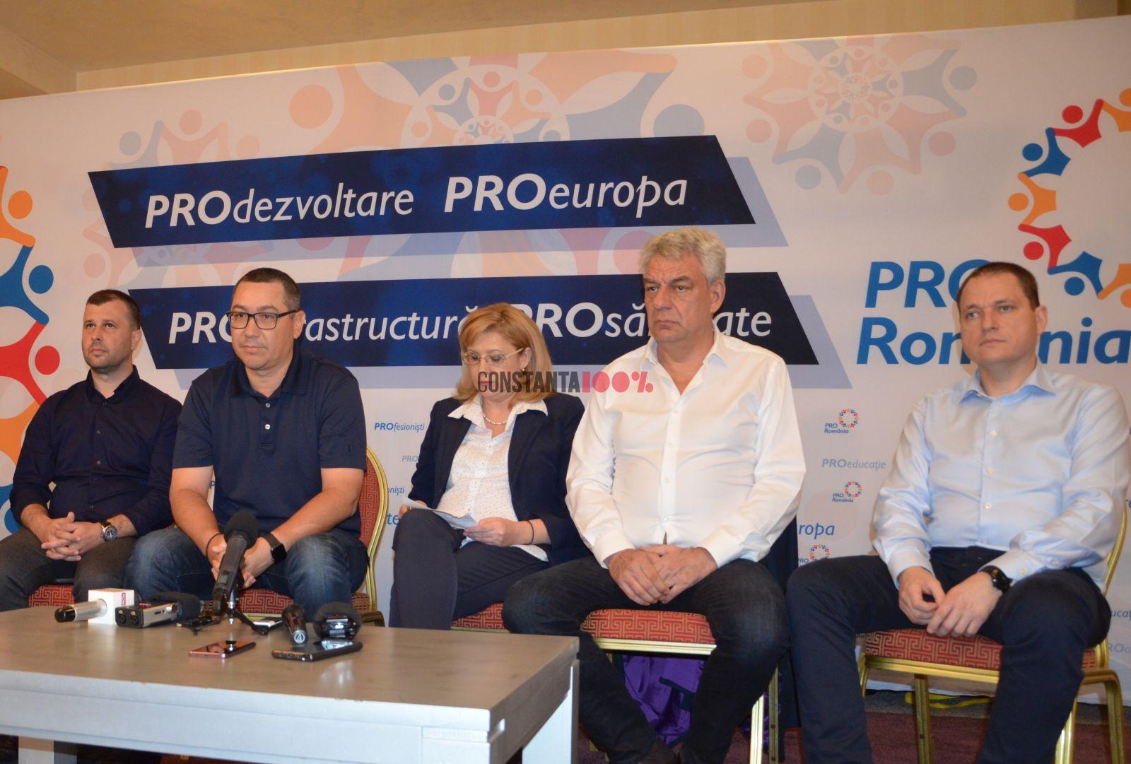 Victor Ponta în timpul unei conferințe de presă susținută în Constanța. Îi sunt alături o parte din colegii de atunci de la Pro România, printre care și constănțenii Răzvan Filipescu (stânga) și Mircea Titus Dobre (dreapta)