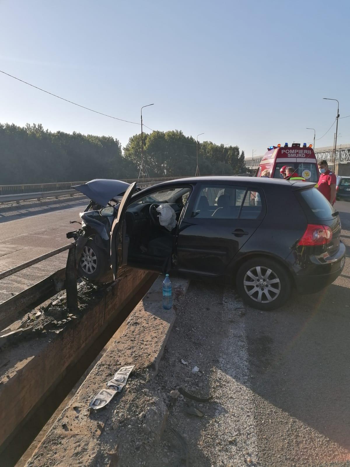 Accident pe A2. A rămas cu mașina suspendată pe parapet