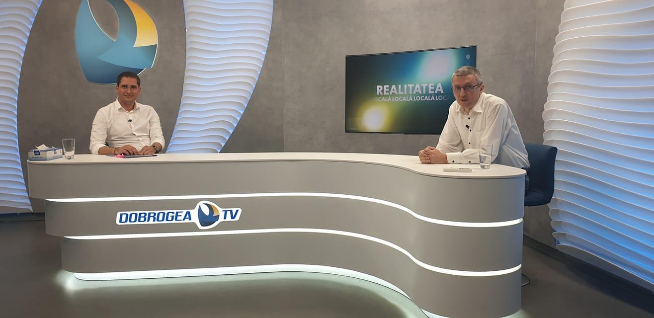 Viceprimarul Costin Răsăuțeanu (stânga), în platoul Dobrogea TV