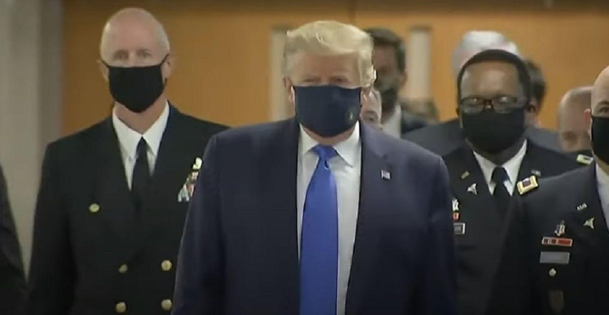 Record de cazuri de Covid-19 în SUA. Și președintele Trump a început să poarte mască