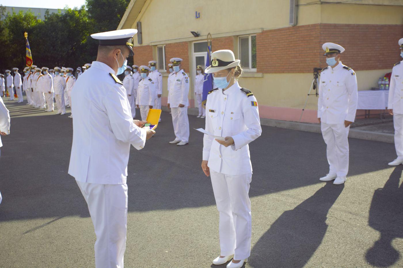 """La Școala Militară de Maiștri Militari a Forțelor Navale """"Amiral Ion Murgescu"""" a avut loc, vineri, 31 iulie, festivitatea de absolvire, avansare la primul grad militar și înmânare a certificatelor de atestare profesională a celor 33 de absolvenți ai promoției 2020 """"General Ioan Emanoil Florescu""""."""