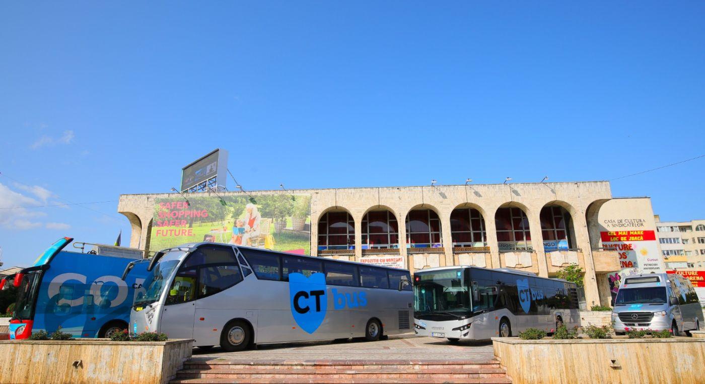 Începând de luni, CT BUS a expus pe esplanada Casei de Cultură din Constanța cele 4 modele de autobuze din flota care deservește municipiul. Astfel, constănțenii interesați pot veni să vizualizeze, alături de modelele deja cunoscute, noul autobuz de capacitate mică, marca Mercedes, produs în România.