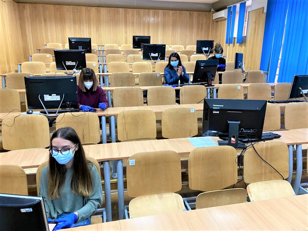 """190 de studenți au răspuns pozitiv solicitării Universității """"Ovidius"""" din Constanța (UOC), de a se alătura în rezolvarea telefonică a anchetelor epidemiologice și susținerea activității call-center-urilor alături de Direcția de Sănătate Publică (DSP)."""
