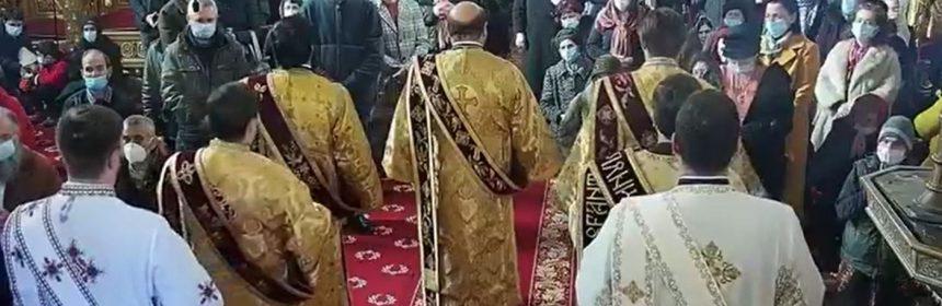 Arhiepiscopia Tomisului și ÎPS Teodosie au sfidat, din nou, regulile impuse de carantină. Zeci de persoane au participat la slujbă, în interiorul catedralei, fără să respecte regulile de distanțare. Nimeni nu le-a atras atenția, iar slujba a durat peste 4 ore. La ceremonia religioasă ÎPS şi ceilalţi preoţi nu au purtat masca de protecţie.