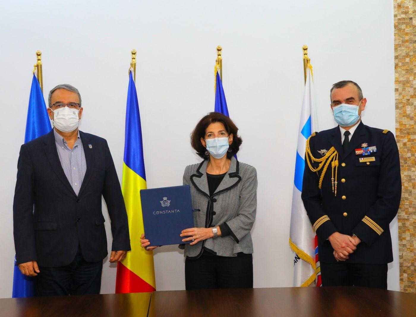 Primarul municipiului Constanța, Vergil Chițac, a primit astăzi vizita ambasadorului extraordinar și plenipotențiar al Ambasadei Franței în România, Excelența-Sa Laurence Auer. Aceasta a fost însoțită de colonelul Daniel Parpaillon, atașat militar, și de Dorel Glăvan, consul onorific al Franței la Constanța.
