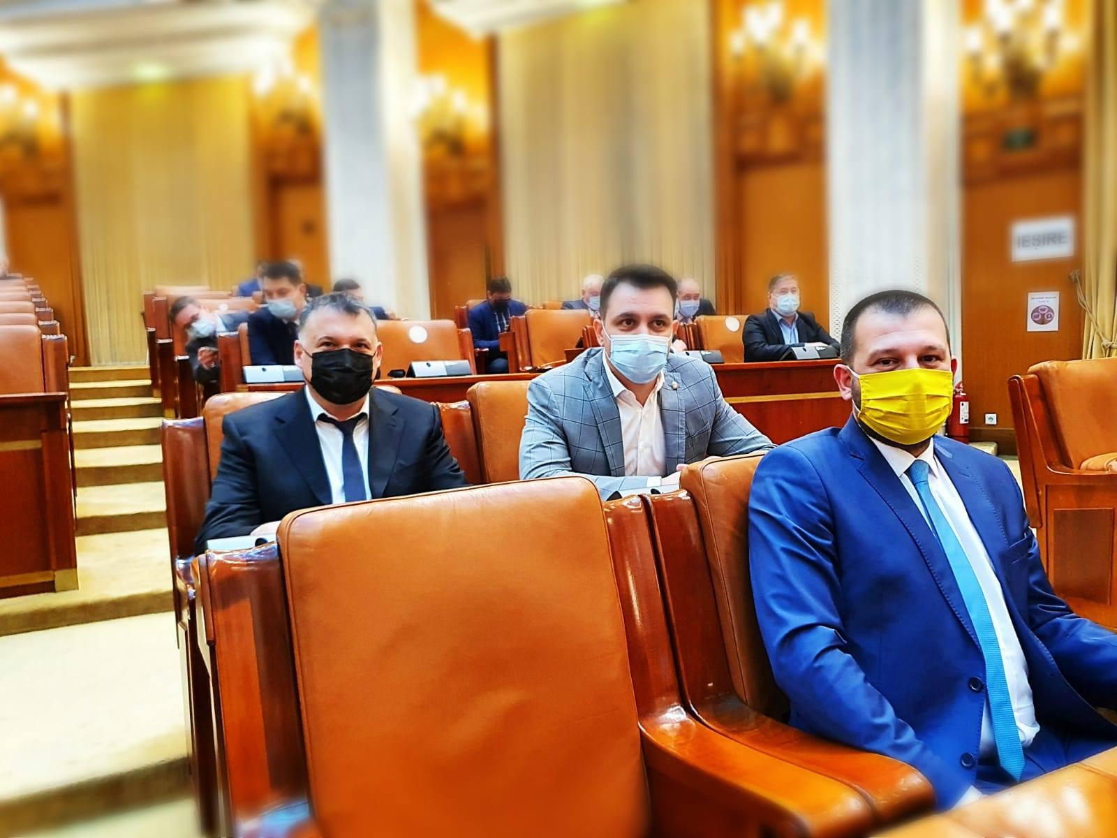 Deputatul Marian Crușoveanu (centru) în Parlamentul României, alături de colegii săi, Bogdan Huțucă, președintele PNL Constanța, și Bogdan Bola
