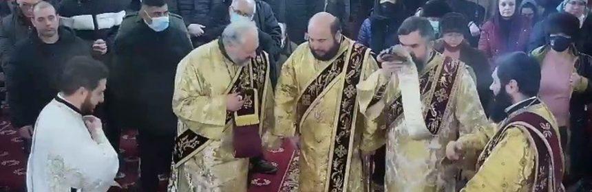 Câți oameni care nu poartă mască puteți vedea în această imagine, surprinsă la slujba oficiată duminică de ÎPS Teodosie?