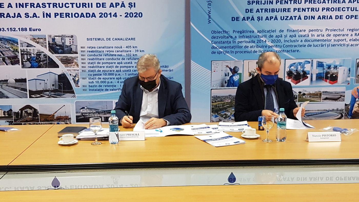 Directorul general al RAJA SA, Aurel Presură (stânga), semnează unul din cele trei contracte, alături de reprezentantul antreprenorului, Nunzio Pistorio