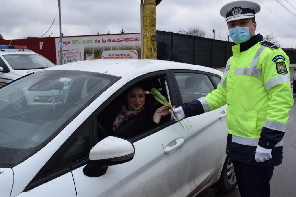 De 1 martie, polițiștii au oferit flori, mărțișoare și recomandări