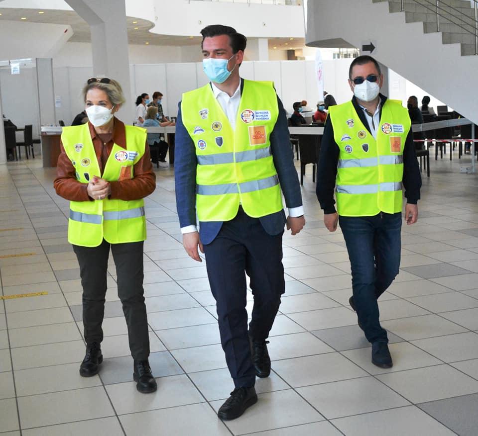 Sigla companiei CELCO ocupă cel mai mare spațiu pe vestele purtate de Cristina Schipor, director DSP Constanța, Andrei Baciu, secretar de stat în Ministerul Sănătății, Constantin Dina, șeful Corpului de Control din Ministerul Sănătății. Foto: Facebook
