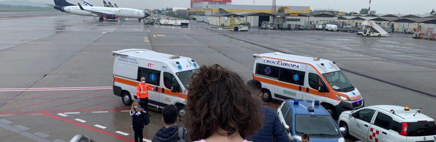 Zborul vieții. Șase copilași cu boli grave, inclusiv un constănțean, transportați de Asociația Blondie în Italia