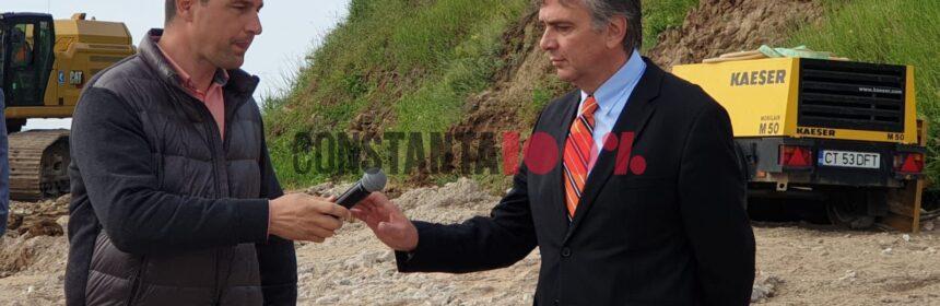Ministrul Mediului, Tánczos Barna, pe plaja din Eforie, îi predă microfonul reprezentantului Van Oord în România, Marius Stamat, imediat după ce a lăudat compania străină, în timpul unei conferințe de presă. Foto: Cristian Hagi, 4 iunie 2021